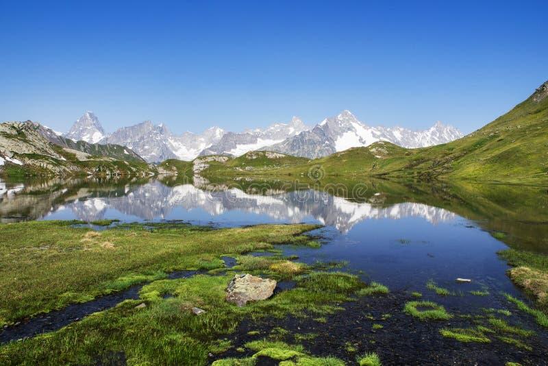 Fjällängpanorama på fönster sjöar i Schweiz arkivfoton