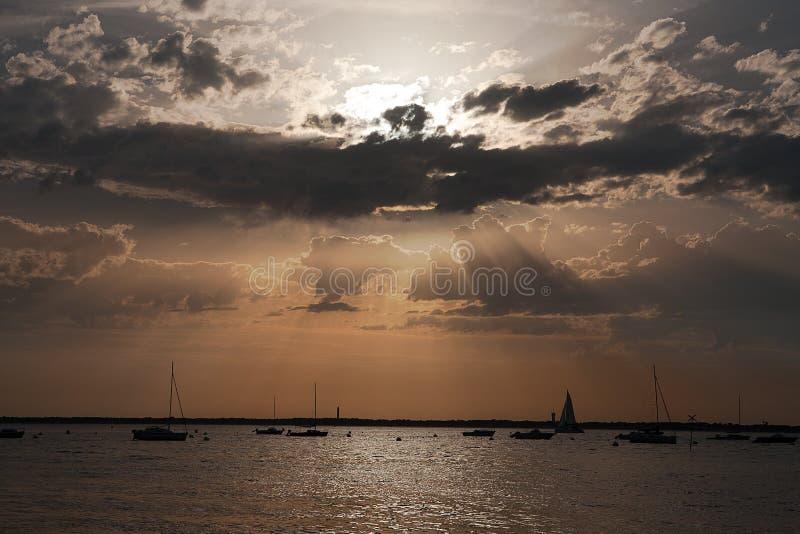 Fjärd av Arcachon på solnedgången royaltyfri bild