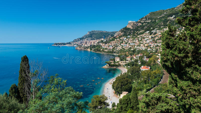 Fjärd av Roquebrune sydliga Frankrike med Monaco i avståndet royaltyfri foto