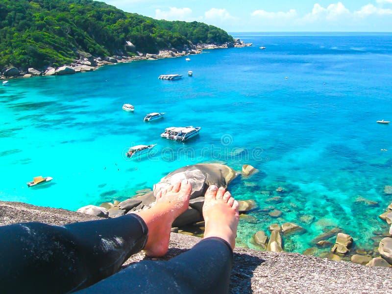 Fjärd av Similan öar Sikt från kvinnliga ben royaltyfria foton