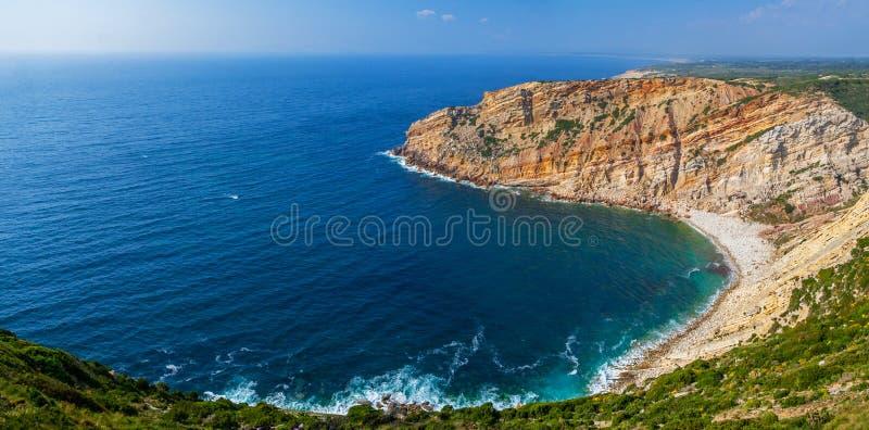 Fjärd, liten vik eller öppning i Cabo Espichel udde och en sikt över Atlanticet Ocean royaltyfri fotografi