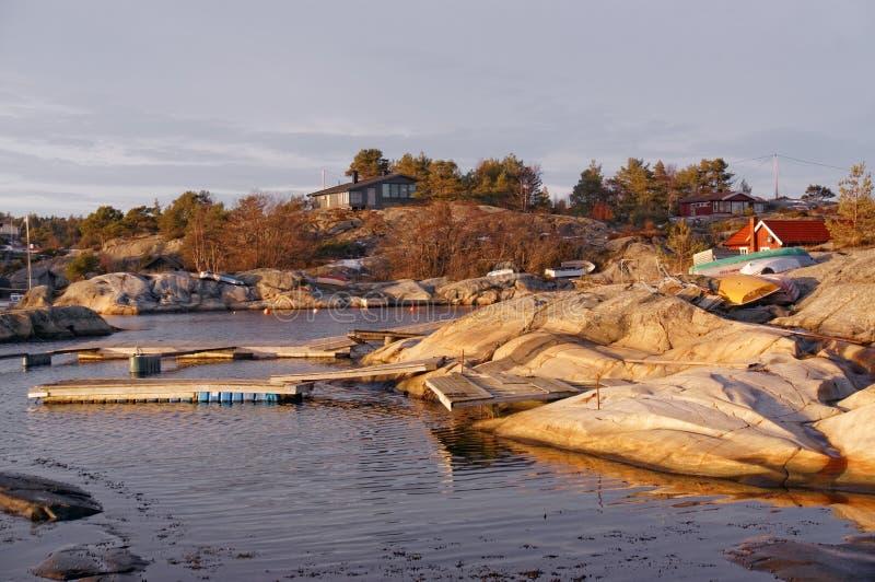 Fjärd på kusten med att sväva plattformar arkivbilder