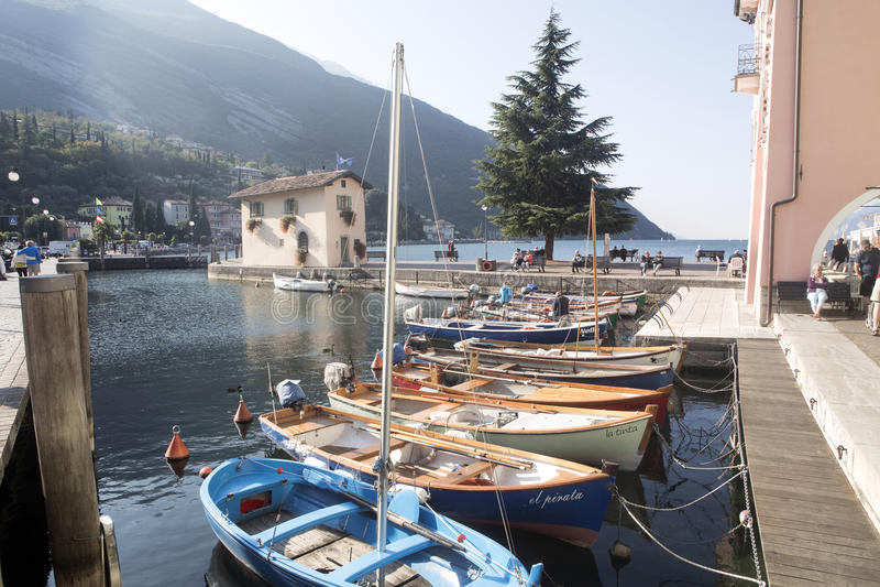 Download Fjärd Sjö Garda, Torbelone, Italien Redaktionell Foto - Bild av liggande, härlig: 78726855