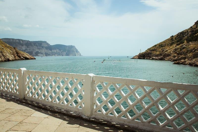Fjärden av Balaklava och fördärvar av den Genoese fästningcembaloen balaklava crimea Folket beundrar havet royaltyfri bild