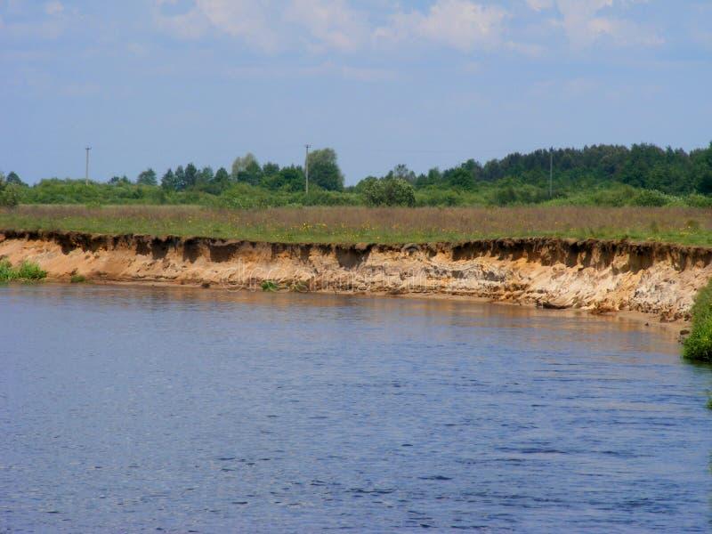 Fjärden av floden, flod Schara Slonim, Vitryssland i solig dag royaltyfri fotografi