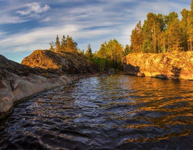 Fjärden av Ladoga sjön i aftonljuset Karelia juni fotografering för bildbyråer