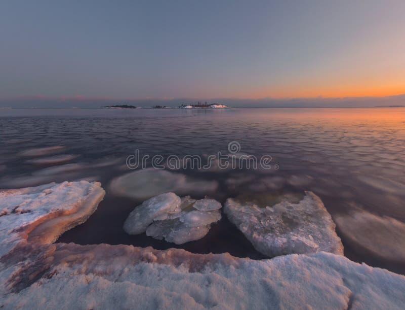 Fjärden av Ladoga sjön i aftonljuset Karelia juni arkivfoto
