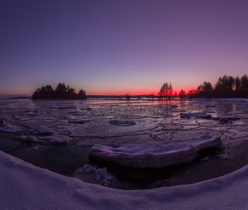 Fjärden av Ladoga sjön i aftonljuset Karelia juni royaltyfri fotografi