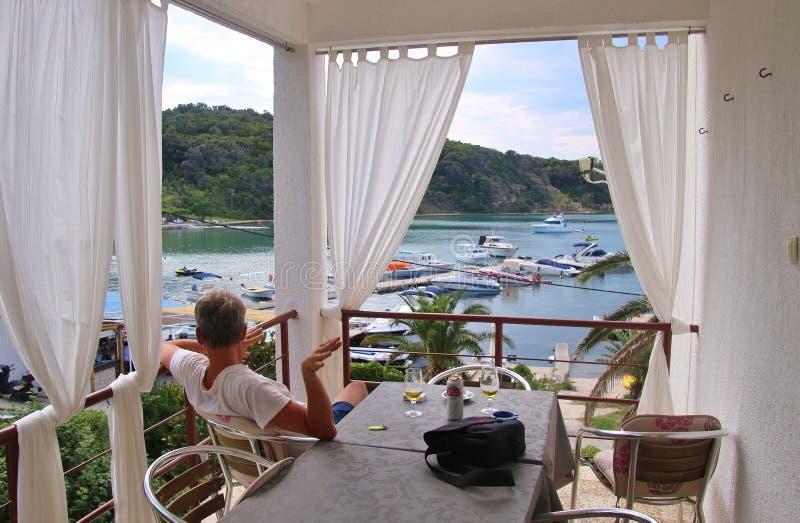 Fjärden av Supetarska Draga som ses från en pensions'balkong stenig rab för kustcroatia ö royaltyfri foto