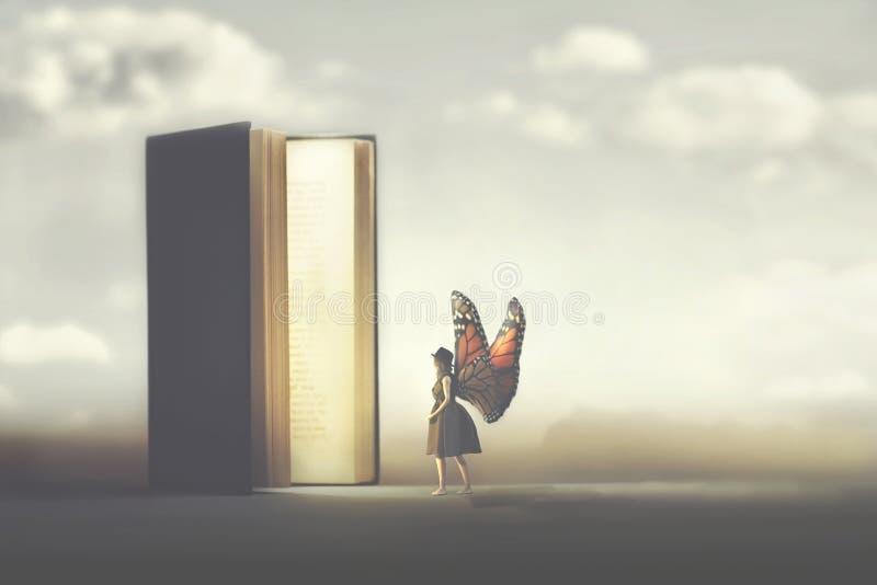 Fjärilskvinnan skriver in sidorna av en fantasibok royaltyfri foto