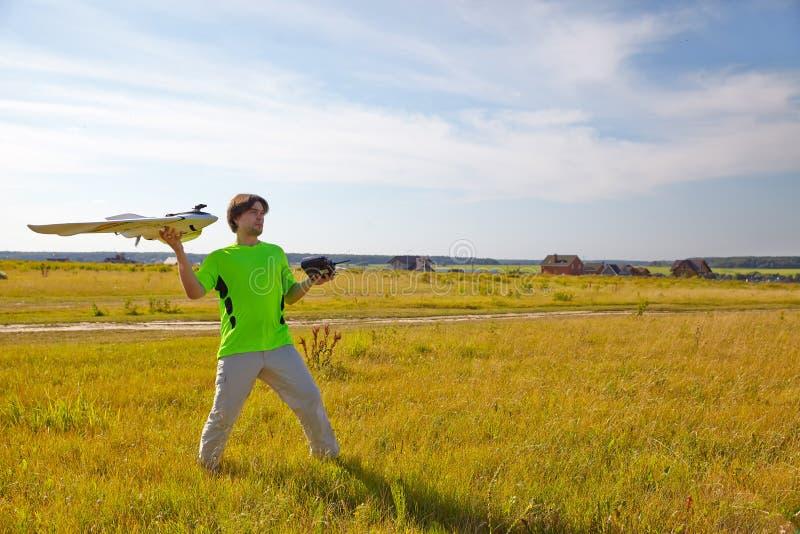Fjärrkontroll för quadrocopter, närbild Sändare för att kontrollera den rörande apparaten i manliga händer, suddig natur royaltyfri bild