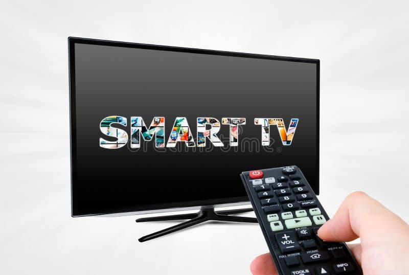 Fjärrkontroll som siktar den moderna smarta TVapparaten royaltyfri foto