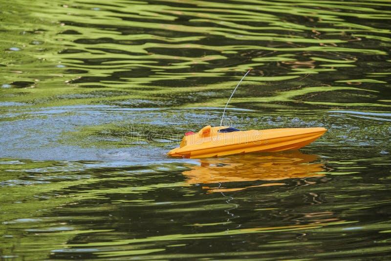 Fjärrstyrd snabb motorbåt fotografering för bildbyråer