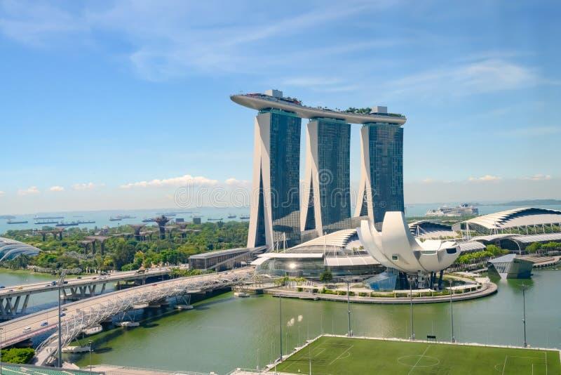 fj?rdhotellmarinaen sands singapore Flyg- sikt av Marina Sands det lyxiga hotellet, det ArtSience museet och Marina Bay som sv?va arkivfoto