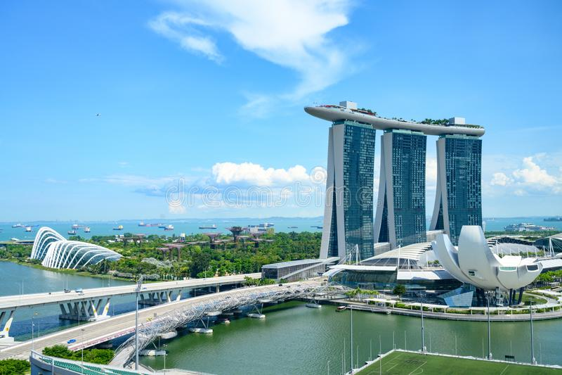 fj?rdhotellmarinaen sands singapore Flyg- sikt av Marina Sands det lyxiga hotellet, det ArtSience museet och trädgårdar vid fjärd arkivbilder