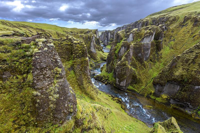 Fjadrargljufur峡谷看法往Atrantic海洋的,通过顺流Fjadra河 在冰岛东南部 免版税库存照片
