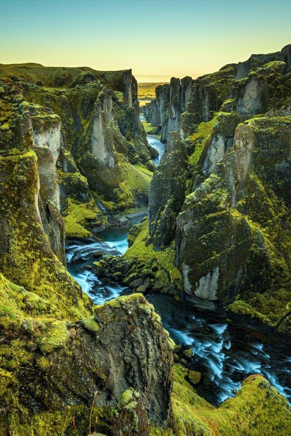 Fjadrargljufur kanjon och flod i sydostliga Island royaltyfria bilder