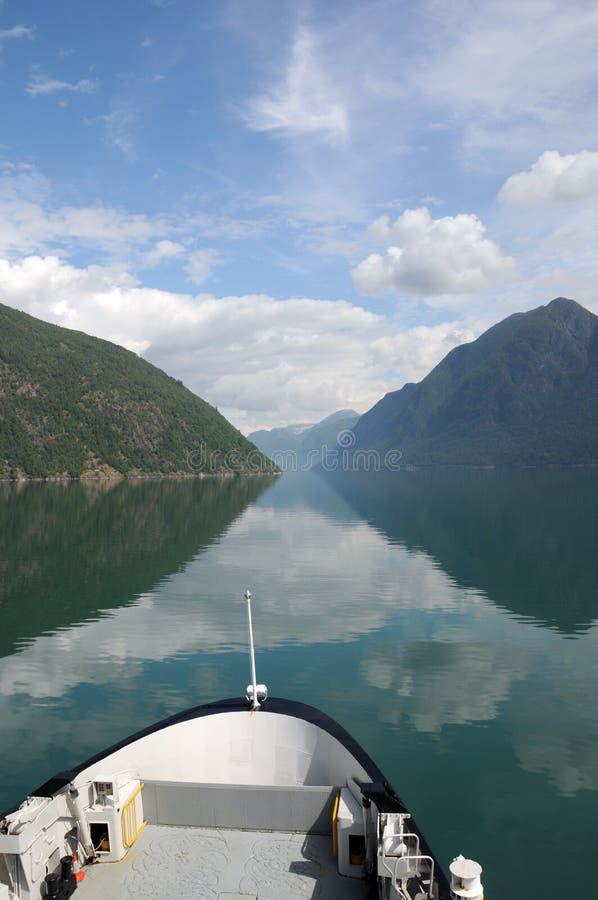 fjaerlandsfjordnorway reflexioner royaltyfri foto