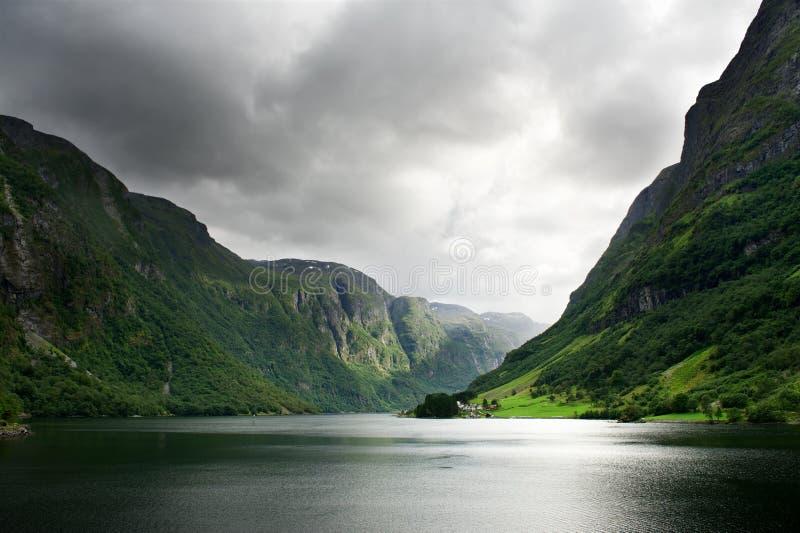 Fjord étroit, Norvège images libres de droits