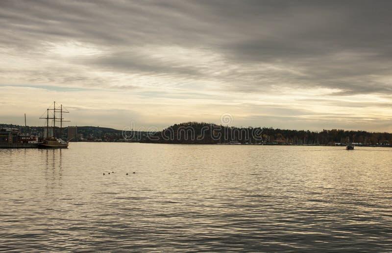Fjord bei Sonnenuntergang - Oslo, Norwegen, Europa; schwermütig und düster lizenzfreies stockbild
