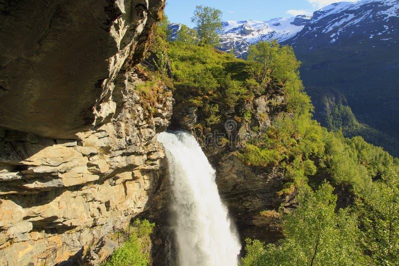 Fjord de Geiranger Cachoeira Storseterfossen em Geiranger noruega fotografia de stock
