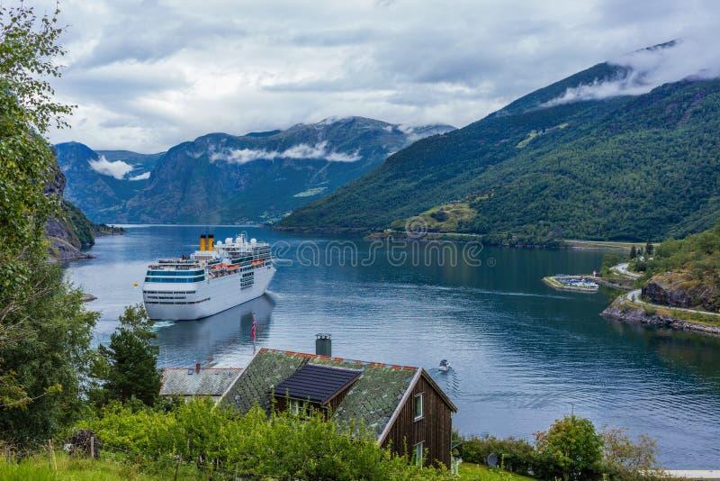 Fjord de Geiranger, Norvège Bateau de croisière, revêtements de croisière sur le fjord image stock
