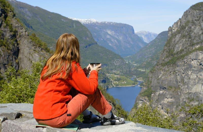 fjord dziewczyny wycieczkowicza target1299_0_ zdjęcia stock