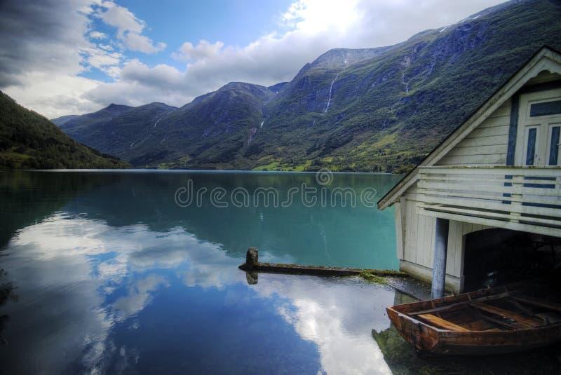 Fjord en botenhuis. Noorwegen. stock foto's