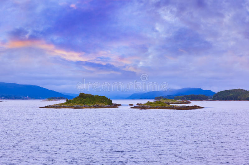 Fjord en Norvège au coucher du soleil image stock