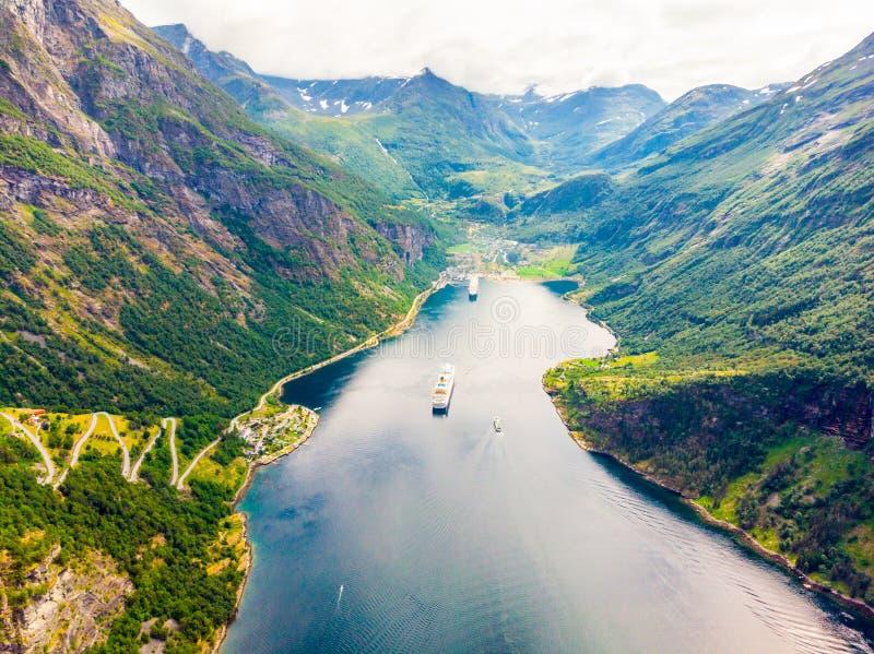 Fjord Geirangerfjord mit Fähre, Norwegen stockbild