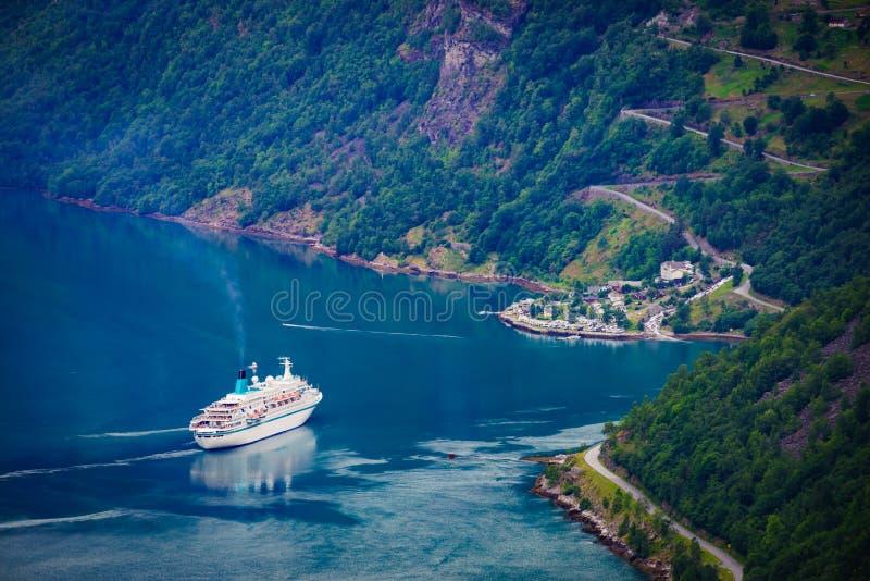 Fjord Geirangerfjord mit Kreuzschiff, Norwegen stockfoto