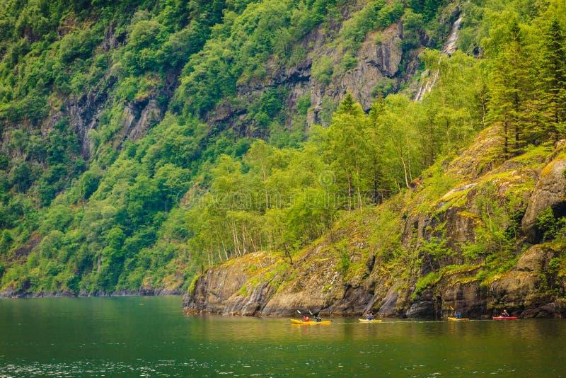 Fjord in het kayaking van Noorwegen en van mensen stock fotografie