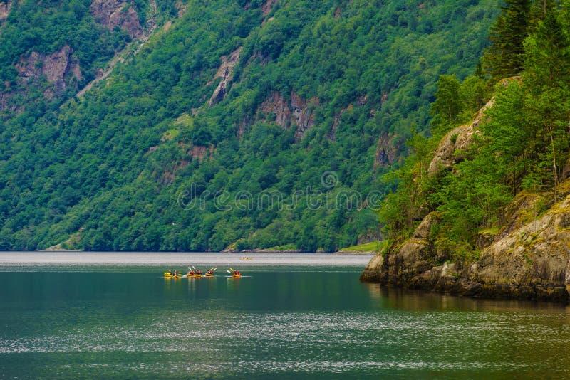 Fjord in het kayaking van Noorwegen en van mensen royalty-vrije stock fotografie