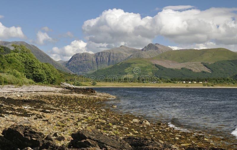 Fjord Linnhe och klippor av Glen Coe arkivfoton