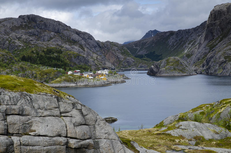 Fjord norueguês rochoso estreito imagens de stock royalty free