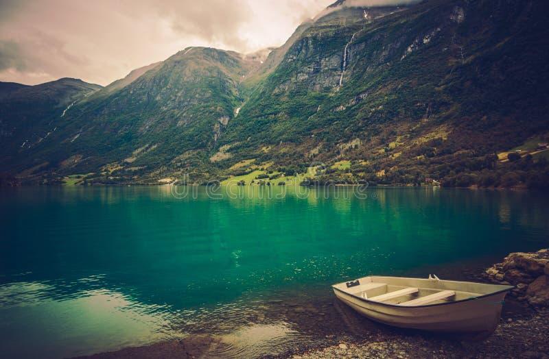 Fjord norvégien avec le bateau photos stock