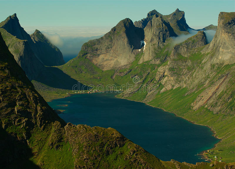 Fjord op Lofoten Eilanden, Noorwegen royalty-vrije stock afbeeldingen