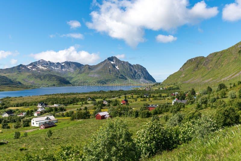 Fjorde Norwegens Lofoten - ruhige blauen des Berges, weißer und Roter Häuser des Himmels, lizenzfreies stockfoto