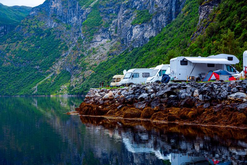 fjordgeiranger norway Lopp RV, ferietur f?r familjsemester i motorhome, husvagnbilsemester royaltyfri foto