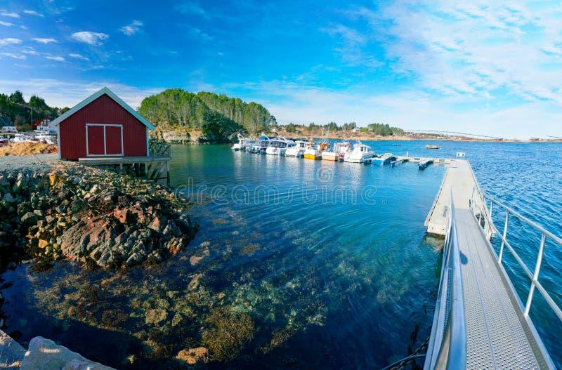 Fjordjachthaven in Noorwegen die met vissersboten in een dok leggen royalty-vrije stock foto's
