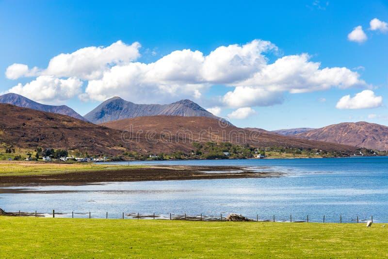 Fjordna Cairidh och ö Scalpay royaltyfri foto