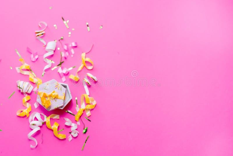 Flâmulas do partido de Colorul no fundo cor-de-rosa Conceito da celebração Configuração lisa foto de stock