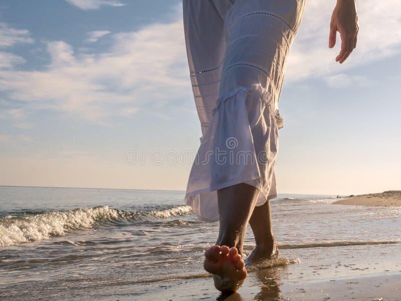 Flânerie le long de la plage image stock