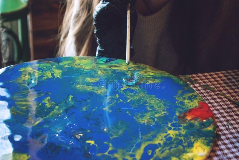 Flüssige Acrylwerkstatt Acrylparteihintergrund der flüssigen Kunst Strömende Acrylfarbe in Schale für Acryl gießen Malerei kreati lizenzfreies stockfoto