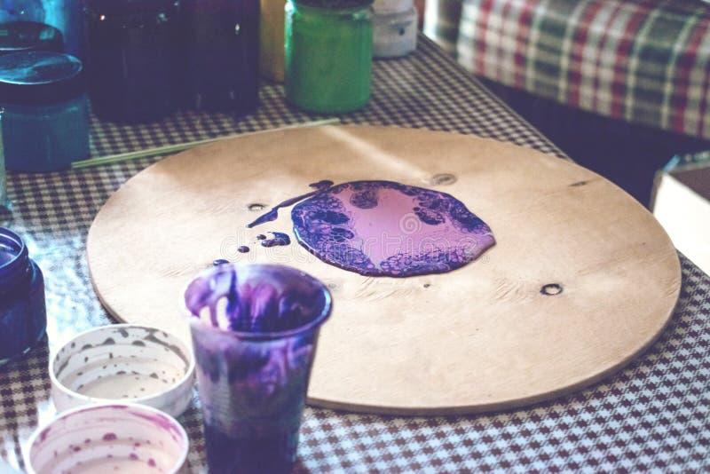 Flüssige Acrylwerkstatt Acrylparteihintergrund der flüssigen Kunst Strömende Acrylfarbe in Schale für Acryl gießen Malerei kreati lizenzfreies stockbild