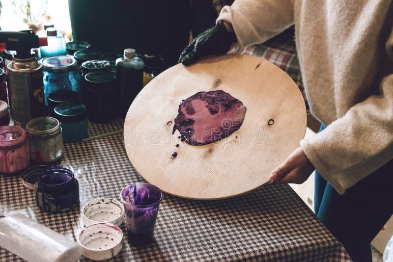 Flüssige Acrylwerkstatt Acrylparteihintergrund der flüssigen Kunst Strömende Acrylfarbe in Schale für Acryl gießen Malerei kreati stockfoto