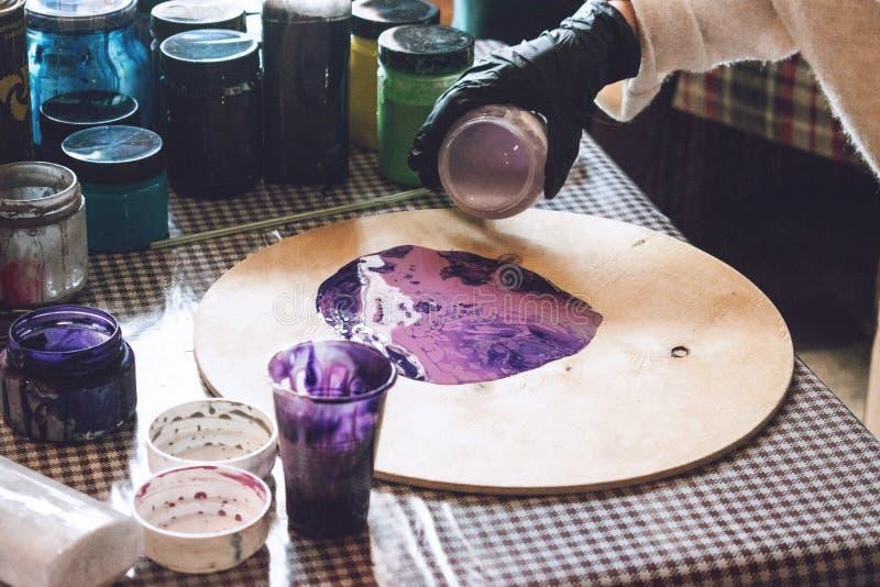 Flüssige Acrylwerkstatt Acrylparteihintergrund der flüssigen Kunst Strömende Acrylfarbe in Schale für Acryl gießen Malerei kreati stockfotos