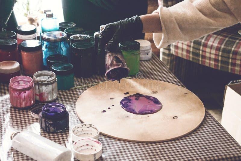 Flüssige Acrylwerkstatt Acrylparteihintergrund der flüssigen Kunst Strömende Acrylfarbe in Schale für Acryl gießen Malerei kreati stockbild