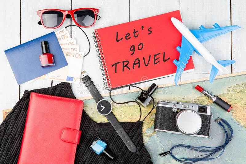 Fläche, Karte, Pass, Geld, Uhr, Kamera, Notizblock mit Text u. x22; Let& x27; s gehen TRAVEL& x22; , Sonnenbrille, Geldbörse lizenzfreie stockfotos