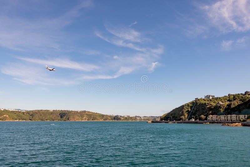 Fläche kommt in Landung bei Wellington Airport, über Evans Bay lizenzfreies stockfoto
